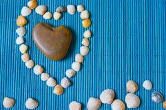 Χαλίκια υπό μορφή καρδιάς και κοχυλιών Στοκ Εικόνες
