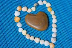 Χαλίκια υπό μορφή καρδιάς και κοχυλιών Στοκ Εικόνα