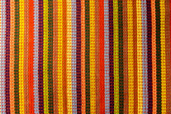 Χαλί ή πετσέτα από το πολύχρωμο ριγωτό ύφασμα Στοκ φωτογραφία με δικαίωμα ελεύθερης χρήσης