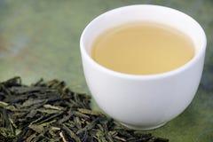 Χαλαρά πράσινα τσάι και φλυτζάνι Στοκ εικόνα με δικαίωμα ελεύθερης χρήσης