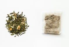 Χαλαρά πράσινα τσάι και teabag στοκ φωτογραφία με δικαίωμα ελεύθερης χρήσης