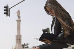 Χαλαρή ανάγνωση τρίχας κοριτσιών στοκ φωτογραφία με δικαίωμα ελεύθερης χρήσης
