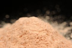 Χαλαρή σκόνη προσώπου στο μαύρο υπόβαθρο Στοκ εικόνα με δικαίωμα ελεύθερης χρήσης