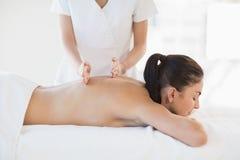 Χαλαρωμένη γυμνή γυναίκα που λαμβάνει το μασάζ Στοκ Εικόνες