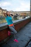 Χαλαρωμένη γυναίκα ικανότητας μπροστά από το vecchio ponte Στοκ φωτογραφία με δικαίωμα ελεύθερης χρήσης
