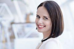 Χαλαρωμένη γυναίκα που χαμογελά με τη χαρά Στοκ φωτογραφία με δικαίωμα ελεύθερης χρήσης