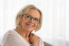 Χαλαρωμένη ξανθή κυρία Στοκ Εικόνες