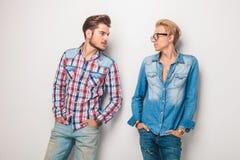 Χαλαρωμένοι περιστασιακοί νεαροί άνδρες που εξετάζουν ο ένας τον άλλον Στοκ Εικόνα