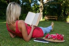 Χαλαρωμένος αναγνώστης Otdoors βιβλίων Στοκ εικόνα με δικαίωμα ελεύθερης χρήσης