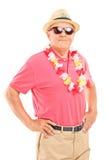 Χαλαρωμένος ανώτερος κύριος με τα γυαλιά ηλίου Στοκ Εικόνες