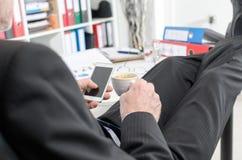 Χαλαρωμένος επιχειρηματίας κατά τη διάρκεια ενός σπασίματος Στοκ Φωτογραφία