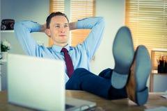 Χαλαρωμένος επιχειρηματίας με τα πόδια του επάνω Στοκ εικόνα με δικαίωμα ελεύθερης χρήσης