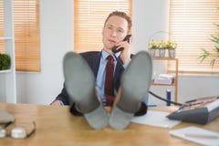 Χαλαρωμένος επιχειρηματίας που κάνει ένα τηλεφώνημα Στοκ φωτογραφίες με δικαίωμα ελεύθερης χρήσης