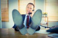 Χαλαρωμένος επιχειρηματίας που κάνει ένα τηλεφώνημα Στοκ φωτογραφία με δικαίωμα ελεύθερης χρήσης