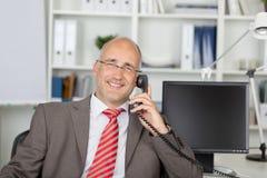 Χαλαρωμένος επιχειρηματίας που καλεί τηλεφωνικώς Στοκ εικόνα με δικαίωμα ελεύθερης χρήσης