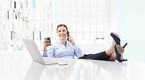 Χαλαρωμένος καφές κατανάλωσης επιχειρησιακών γυναικών και ομιλία στο τηλέφωνο Στοκ φωτογραφία με δικαίωμα ελεύθερης χρήσης