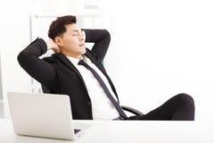 Χαλαρωμένος νέος επιχειρηματίας στο γραφείο Στοκ φωτογραφία με δικαίωμα ελεύθερης χρήσης