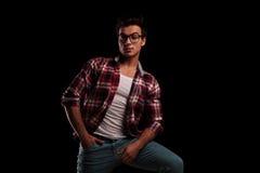 Χαλαρωμένος νεαρός άνδρας που φορά τα γυαλιά και τη στάση Στοκ εικόνες με δικαίωμα ελεύθερης χρήσης