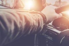 Χαλαρωμένος οδηγός στο δρόμο Στοκ εικόνες με δικαίωμα ελεύθερης χρήσης