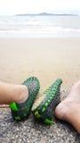 Χαλαρωμένος των ποδιών ατόμων ` s με το παπούτσι τρυπών εκτός από την παραλία Στοκ Εικόνες