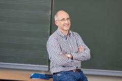 Χαλαρωμένος φιλικός αρσενικός δάσκαλος στοκ φωτογραφία με δικαίωμα ελεύθερης χρήσης