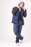 Χαλαρωμένος χαρισματικός νεαρός άνδρας σε μια με κουκούλα κορυφή στοκ εικόνες