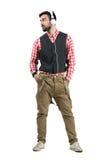 Χαλαρωμένος hipster με παραδίδει το κοίταγμα φορέων ακούσματος τσεπών mp3 μακριά Στοκ φωτογραφία με δικαίωμα ελεύθερης χρήσης
