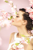 Χαλαρωμένο κορίτσι που μυρίζει τα λουλούδια άνοιξη στοκ φωτογραφία με δικαίωμα ελεύθερης χρήσης