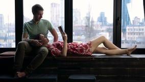 Χαλαρωμένο νέο βιβλίο ανάγνωσης ζευγών μαζί στο σπίτι φιλμ μικρού μήκους