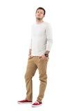 Χαλαρωμένο νέο μοντέρνο άτομο στο μακρύ sleeved πουκάμισο με το κεφάλι που γέρνουν πίσω Στοκ εικόνες με δικαίωμα ελεύθερης χρήσης