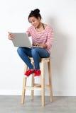 Χαλαρωμένο όμορφο πολυ-εθνικό κορίτσι που μελετά ή που εργάζεται στις διακοπές Στοκ εικόνες με δικαίωμα ελεύθερης χρήσης