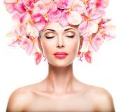 Χαλαρωμένο όμορφο πρόσωπο ενός νέου κοριτσιού με το σαφές δέρμα και το ροζ στοκ φωτογραφίες
