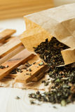 Χαλαρό τσάι λουλουδιών στη συσκευασία kraftova εγγράφου Στοκ εικόνα με δικαίωμα ελεύθερης χρήσης