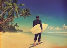 Χαλαρώνοντας έννοια διακοπών παραλιών επιχειρηματιών στοκ φωτογραφία
