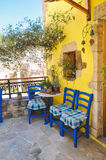 Χαλαρώνοντας έννοια στο ελληνικό ύφος στο νησί της Κρήτης, χαρακτηριστικό ντεμοντέ εκλεκτής ποιότητας μπαλκόνι Στοκ φωτογραφία με δικαίωμα ελεύθερης χρήσης