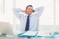 Χαλαρώνοντας επιχειρηματίας στο γραφείο του Στοκ εικόνα με δικαίωμα ελεύθερης χρήσης