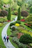 Χαλαρώνοντας περίπατος σε ένα πάρκο λουλουδιών και δέντρων Στοκ εικόνες με δικαίωμα ελεύθερης χρήσης