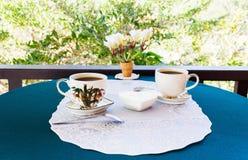 Χαλαρώνοντας χρόνος και ευτυχία με δύο φλυτζάνια του μαύρου καφέ με τη ζάχαρη Στοκ Εικόνες