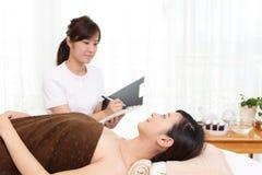 χαλαρώνοντας salon spa γυναίκα στοκ φωτογραφία με δικαίωμα ελεύθερης χρήσης