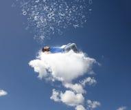 Χαλαρώστε σε ένα σύννεφο στοκ φωτογραφίες με δικαίωμα ελεύθερης χρήσης
