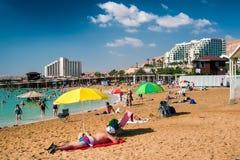 Χαλαρώστε στην παραλία της νεκρής θάλασσας στοκ εικόνες