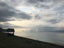 Χαλαρώστε τα σύννεφα παραλιών ήλιων Μαύρης Θάλασσας ψαράδων θάλασσας Στοκ Φωτογραφία