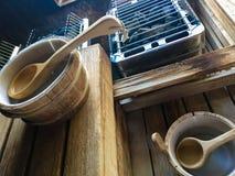 Χαλαρώστε τους υγιείς άνθρακες σαουνών Lifesytle και τους κάδους νερού Στοκ φωτογραφία με δικαίωμα ελεύθερης χρήσης