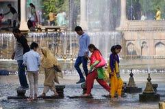 Χαλαρώστε το χρόνο στον κήπο Shalimar Σπίναγκαρ, Κασμίρ, Ινδία Mughal στοκ εικόνα