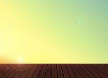 Χαλαρώστε, χρόνος διακοπών, διακοπές, θερινό συναίσθημα, ξύλινο μπαλκόνι πατωμάτων σύστασης με το υπόβαθρο τοπίου φύσης οριζόντων Στοκ Εικόνα