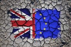 Χαλασμένες σημαίες του UK και της ΕΕ στο ραγισμένο χώμα Στοκ φωτογραφίες με δικαίωμα ελεύθερης χρήσης