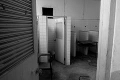 Χαλασμένοι καρέκλες και πίνακας Στοκ εικόνες με δικαίωμα ελεύθερης χρήσης