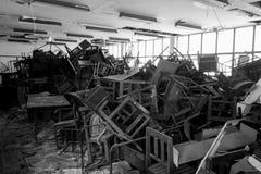 Χαλασμένοι καρέκλες και πίνακας Στοκ Φωτογραφίες