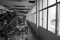 Χαλασμένοι καρέκλες και πίνακας Στοκ Εικόνες