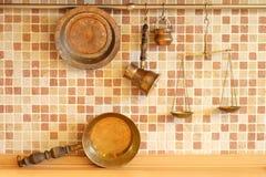Χαλκός cookware στον τοίχο κουζινών Στοκ φωτογραφία με δικαίωμα ελεύθερης χρήσης